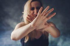 Vrouw die in vrees gillen, die verdedigen met handen royalty-vrije stock afbeeldingen