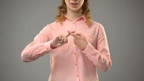 Vrouw die vriend in gebarentaal zeggen, die woorden in aslles tonen, mededeling stock video