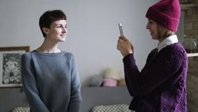 Vrouw die vriend op mobiele telefoon fotograferen Hipstervrouw die foto maken stock footage
