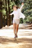 Vrouw die vrij langs landweg loopt Royalty-vrije Stock Foto