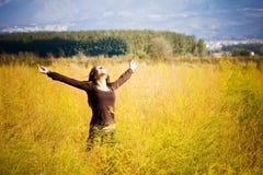 Vrouw die vrijheid op een gebied voelt. Stock Afbeeldingen