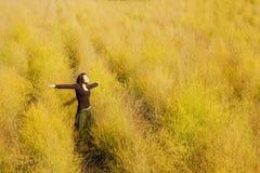 Vrouw die vrijheid op een gebied voelt. royalty-vrije stock afbeeldingen
