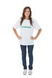 Vrouw die vrijwilligerst-shirt dragen die haar handen op heupen zetten royalty-vrije stock foto's