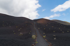 Vrouw die in vulkanisch landschap, La Palma wandelen, Canarische Eilanden, Spanje Stock Foto's