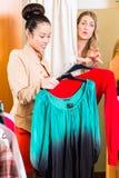 Vrouw die in wandelgalerij winkelen royalty-vrije stock afbeeldingen