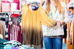 Vrouw die in wandelgalerij winkelen stock afbeelding