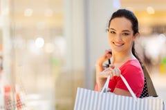 Vrouw die in wandelgalerij winkelt Stock Foto's