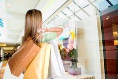 Vrouw die in wandelgalerij winkelt royalty-vrije stock afbeeldingen