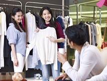 Vrouw die in warenhuis winkelen Stock Foto's