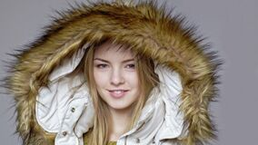 Vrouw die warme de winterlaag met bontkap dragen stock videobeelden