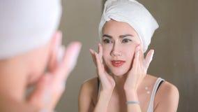 Vrouw die wassend haar gezicht met schoon water in badkamers schoonmaken stock footage