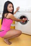 Vrouw die wasserij doen Stock Afbeeldingen