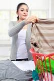 Vrouw die wasserij hebben thuis Royalty-vrije Stock Afbeeldingen