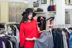 Vrouw die wat denken om zich te kleden, het winkelen royalty-vrije stock foto's