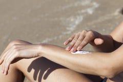 Vrouw die wat lotion aanzetten Royalty-vrije Stock Fotografie