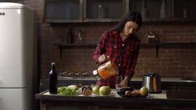 Vrouw die wat vers eigengemaakt sap gieten in glas stock video