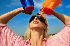 Vrouw die water geeft Stock Afbeeldingen