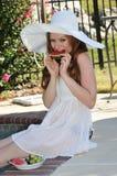 Vrouw die watermeloen eet Stock Afbeeldingen
