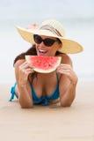 Vrouw die watermeloen eet Royalty-vrije Stock Foto's
