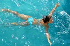 Vrouw die in waterpool zwemt Royalty-vrije Stock Foto's