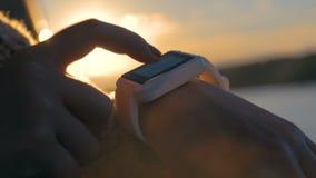 Vrouw die wearable slim horloge met behulp van stock footage