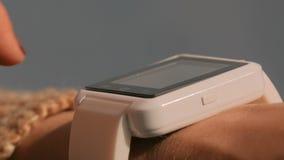 Vrouw die wearable slim horloge met behulp van bij zonsondergang stock footage