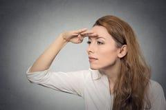 Vrouw die weg in de toekomst kijken stock afbeeldingen