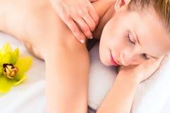 Vrouw die wellnessmassage in kuuroord hebben Royalty-vrije Stock Foto