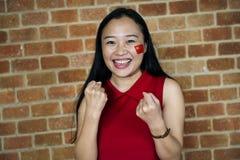 Vrouw die wereldbeker met geschilderde vlag toejuichen stock afbeeldingen