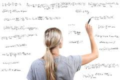 vrouw die wiskundige vergelijkingen schrijft Stock Afbeelding