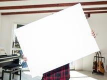 Vrouw die wit canvas houden Royalty-vrije Stock Foto