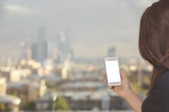Vrouw die witte cellulaire telefoon houden Stock Afbeelding
