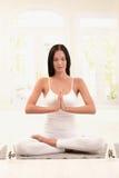 Vrouw die witte het doen yogaoefening draagt Stock Afbeeldingen