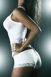 Vrouw die witte mouwloos onderhemd en kousen draagt Stock Afbeeldingen