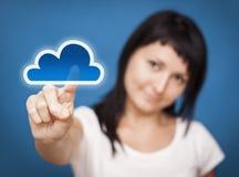Vrouw die wolk gegevensverwerkings tot systeem toegang heeft. royalty-vrije stock foto