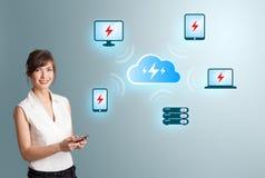 Vrouw die wolk netto gegevensverwerking voorstelt royalty-vrije stock afbeelding