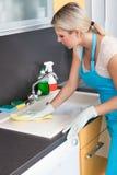 Vrouw die Worktop schoonmaken Stock Foto