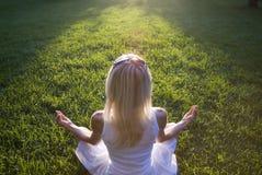Vrouw die yoga buiten doet Stock Fotografie