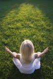 Vrouw die yoga buiten doet stock foto's