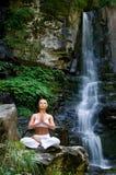 Vrouw die yoga in de aard doet Royalty-vrije Stock Afbeelding