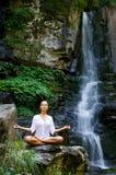 Vrouw die yoga in de aard doet Royalty-vrije Stock Afbeeldingen