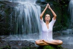 Vrouw die yoga in de aard doet Stock Foto's