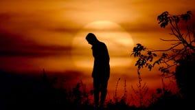 Vrouw die yoga doen bij de zonsondergang stock footage