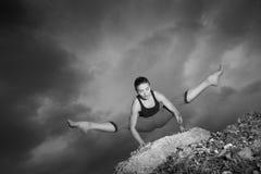 Vrouw die yoga doen tegen de het plaatsen zon Royalty-vrije Stock Afbeelding