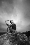 Vrouw die yoga doen tegen de het plaatsen zon Stock Afbeelding
