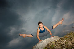 Vrouw die yoga doen tegen de het plaatsen zon Stock Foto's