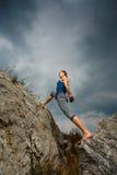 Vrouw die yoga doen tegen de het plaatsen zon Stock Fotografie