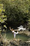 Vrouw die yoga doet. Royalty-vrije Stock Afbeeldingen