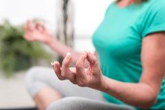 Vrouw die yoga doet Royalty-vrije Stock Fotografie