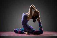 Vrouw die Yoga doet Stock Foto